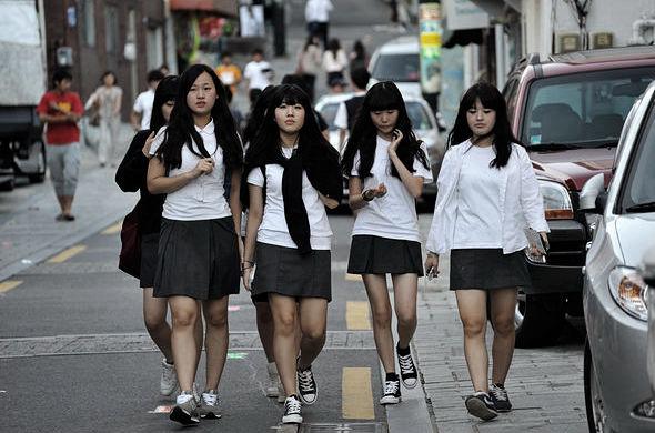 красивые молодые японки в школьных формах
