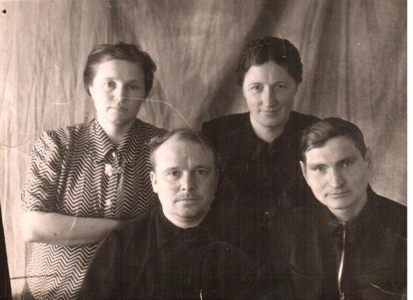 Слева— бабушка идедушка помаминой линии (Якубовские Галина Степановна иВладимир Николаевич), оба учителя начальных классов (ок. 1960)