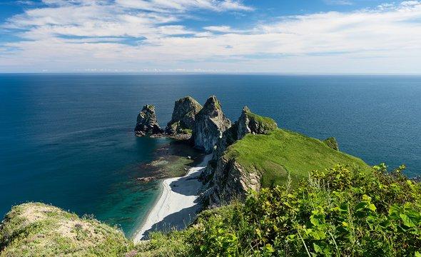 Побережье Японского моря. Мыс четырех скал. Фото: Shutterstock / Bastrik