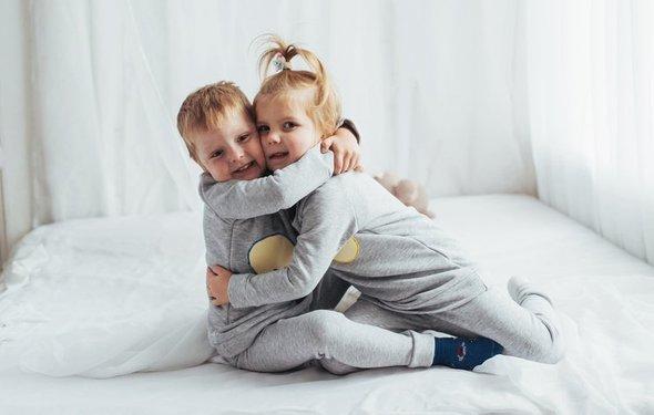 Сестра пристает к брату а брат не хочет