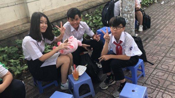 Ученики средней школы вовремя перемены. Хошимин