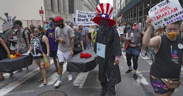 Учителя Нью-Йорка вышли с гробами и гильотинами на демонстрацию против открытия школ