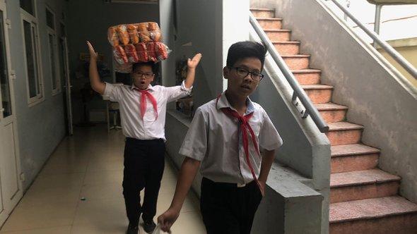 Ученики выполняют хозяйственные поручения. Ханой