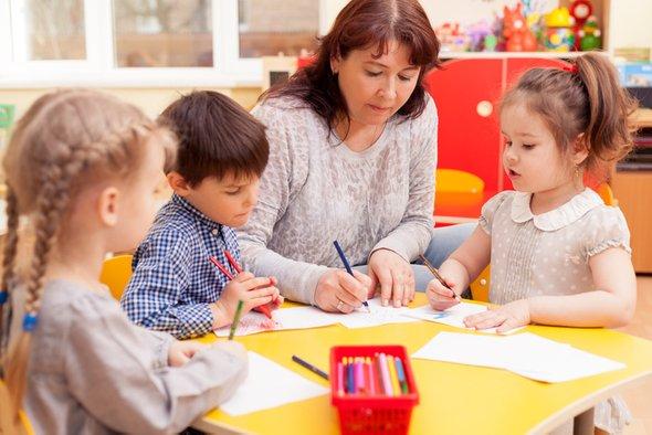 Дети и воспитатель в детском маду