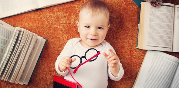 Младенец с книжками и очками