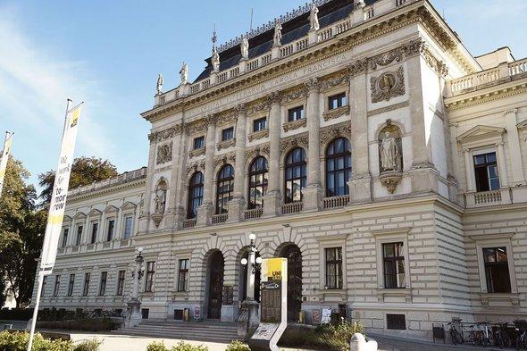 Грацский университет имени Карла и Франца (нем. Karl-Franzens-Universität Graz) — второй по величине университет в Австрии, расположен в городе Грац.