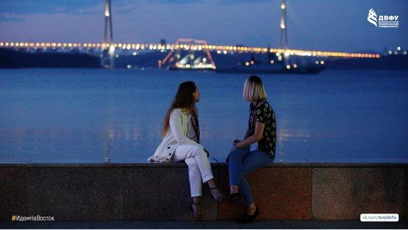 Студенты ДВФУ на набережной кампуса с видом на мост Русский и г. Владивосток