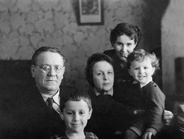 Самуил Маршак с женой Софьей, невесткой Марией и внуками Яшей и Сашей