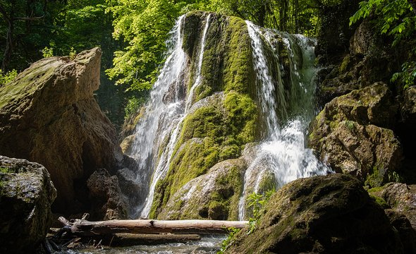 Водопад Серебряные струи. Фото: Shutterstock / Yuriy Seleznev