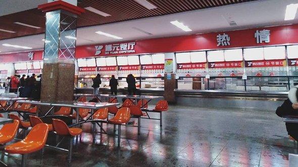 Столовая Западного Аньхойского университета. Обед всреднем обходится вдевять юаней— это около 90 рублей