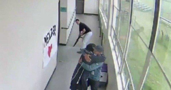 Учитель объятиями обезоружил психически неуравновешенного школьника с ружьем