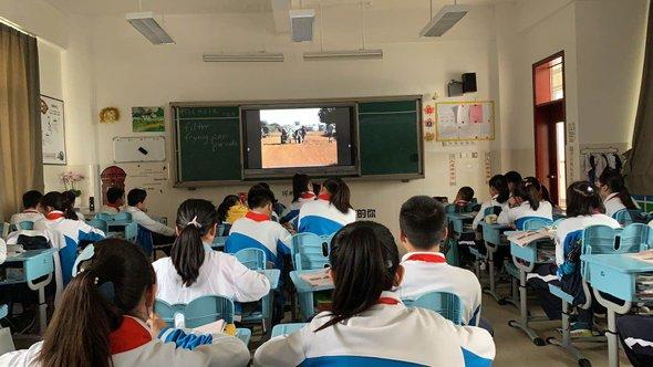 иногда мы смотрим видео на уроках