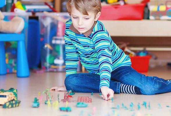 Девушка играет с игрушкой — photo 10