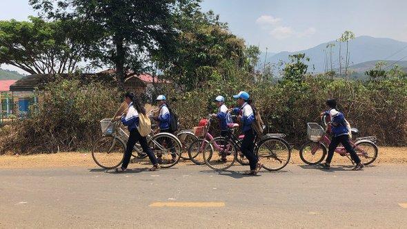 Ученики подороге вшколу. Фантхьет, провинция Биньтхуан