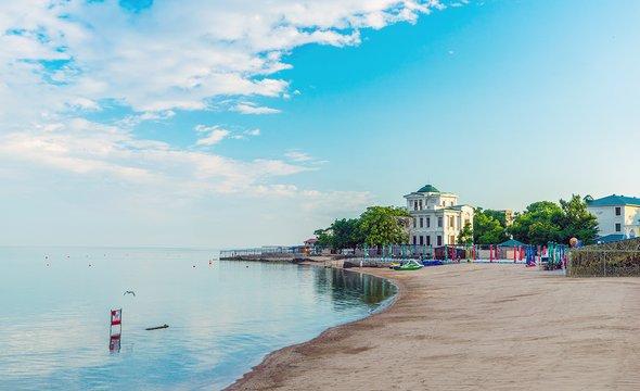 Пляж вЕвпатории. Фото: Shutterstock / den781