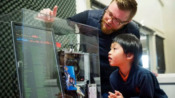 Чтобы погрузить восьмилетнего компьютерного вундеркинда Сета Йивмир криптотехнологий, его семья переехала изСингапура вставшую легендарной школу Wooranna Park вМельбурн, где команда Киерана Нолана учит школьников использовать блокчейн для создания цифровой валюты «Wooranna Coin» иеще более чем 80 технологиям.