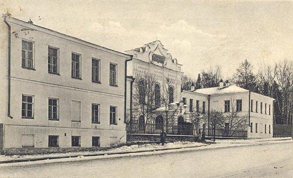Здание Епархиального училища. Александровский проспект, 83