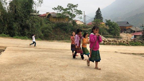 Девочки издеревни черных хмонгов