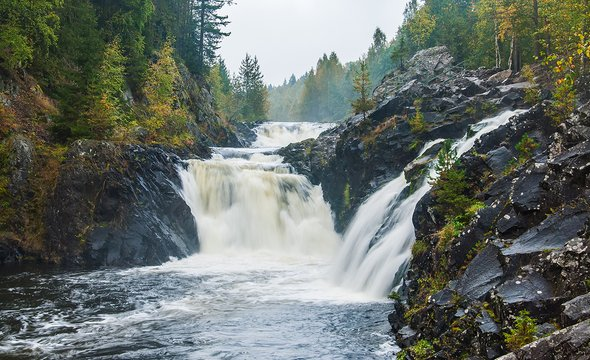 Водопад Кивач. Фото: Shutterstock / kurbanov