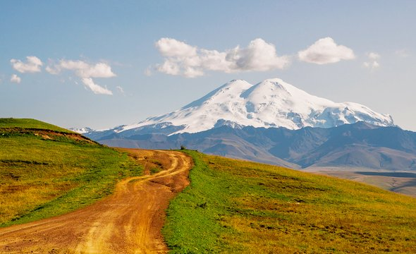 Дорога наЭльбрус. Фото: Shutterstock / Gideon Ikigai