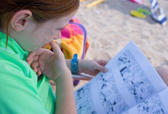 Девочка читает комикс
