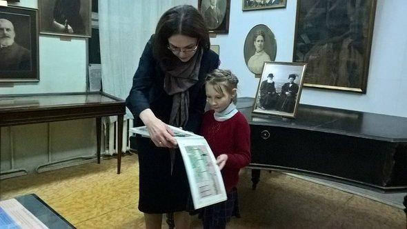 Директор Музея предпринимателей дарит дочке памятные подарки за помощь с составлением вопросов