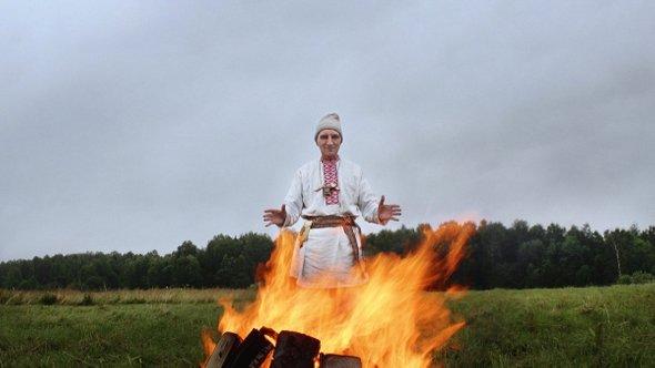 Василий Иванович проводит обряд против лесных пожаров вСибири