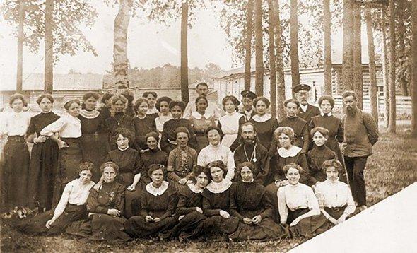 Павел Бажов (справа) среди учениц Епархиального училища. Рядом сБажовым Валентина Иваницкая, вцентре— Сергий Увицкий, 1910 год