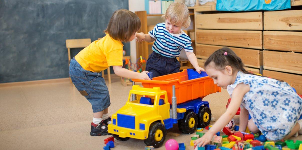 В детском саду ребёнок бьёт других детей, а дома — меня. Что делать?