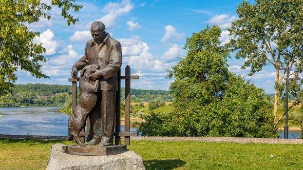Памятник Константину Паустовскому / Фото: Shutterstock (Alfiya Safuanova)