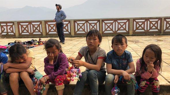 Дети издеревни черных хмонгов продают сувениры